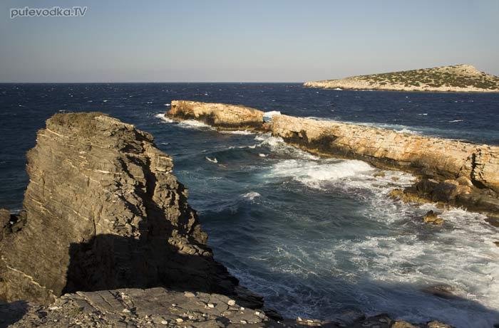 Вид на восток. Мыс «Гарпун» и остров Гайдурониси.