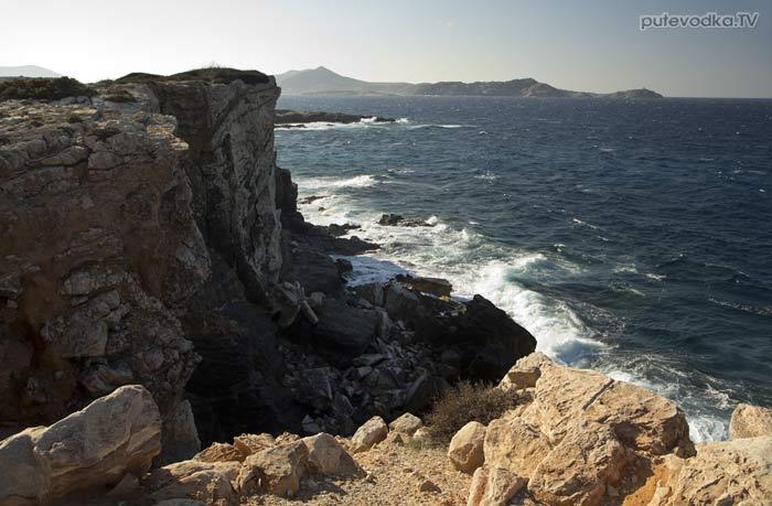 Скалистый берег северо-востока Пароса