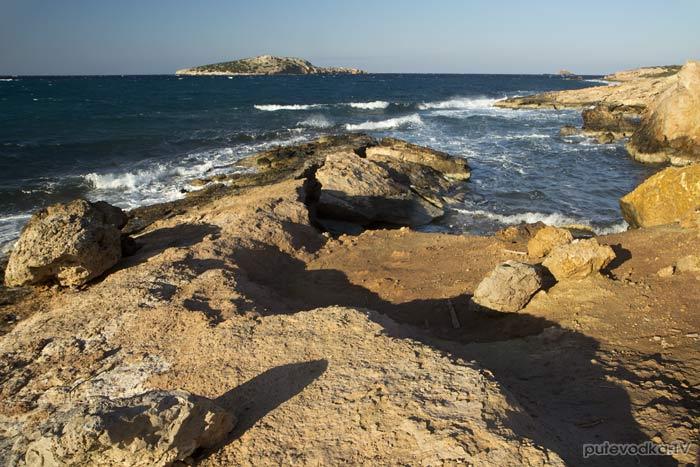 Восточный берег бухты и остров Гайдурониси