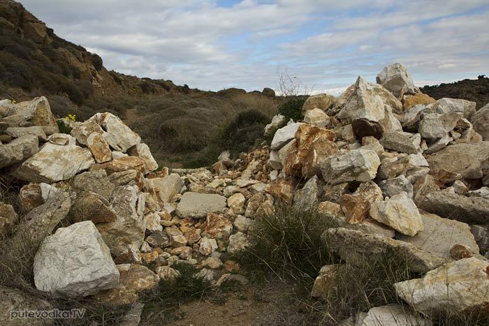 Свалка строительного мусора на тропе.