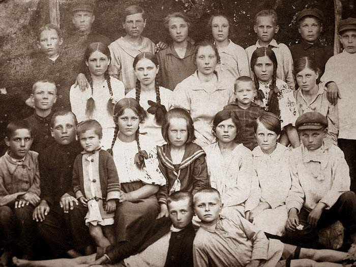Ученики 7-летней школы села Новая Калигорка. 1929 год. Фото с сайта ip-kuzmenko.narod.ru