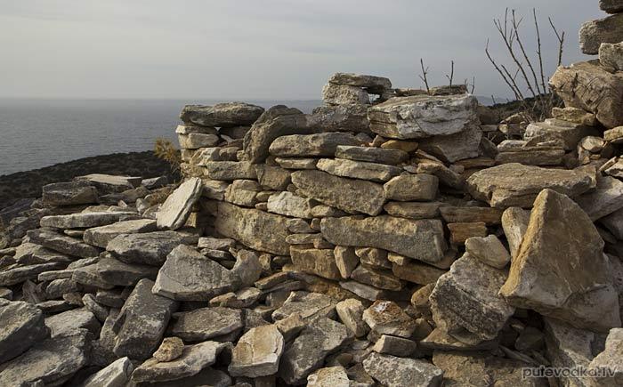 Южная оконечность Пароса. Груда камней.