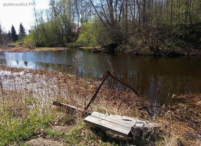 Безымянный ручей. Лесенка к воде.