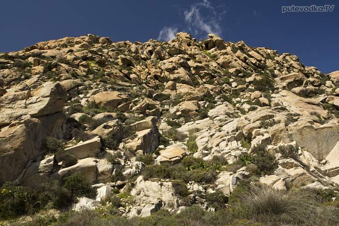 Каменистый холм. Вид с дороги.