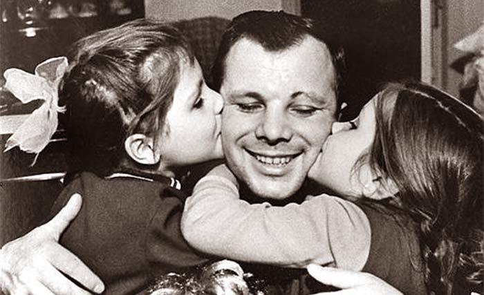 Юрий Алексеевич Гагарин с дочерьми Леной и Галей.