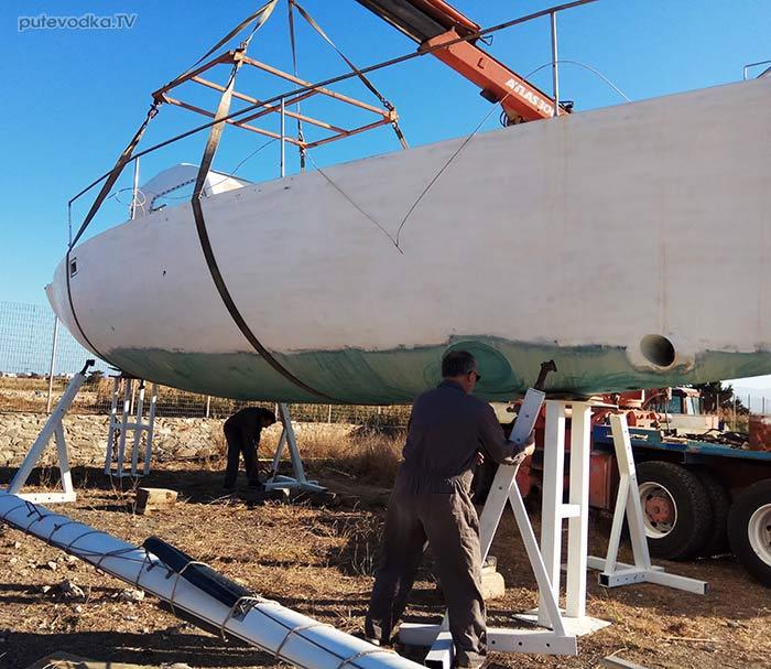 Яхта ПЕПЕЛАЦ. Корпус без киля с опорой на усиленные стойки.