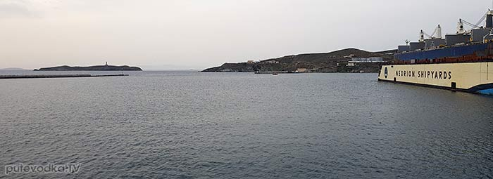 Остров Сирос. Эрмуполис. Выход из гавани. Остров Дидими с маяком. .