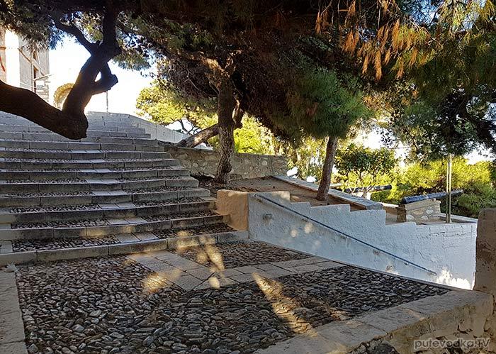Остров Сирос. Эрмуполис. Парк возле храма Св. Анастасиса.